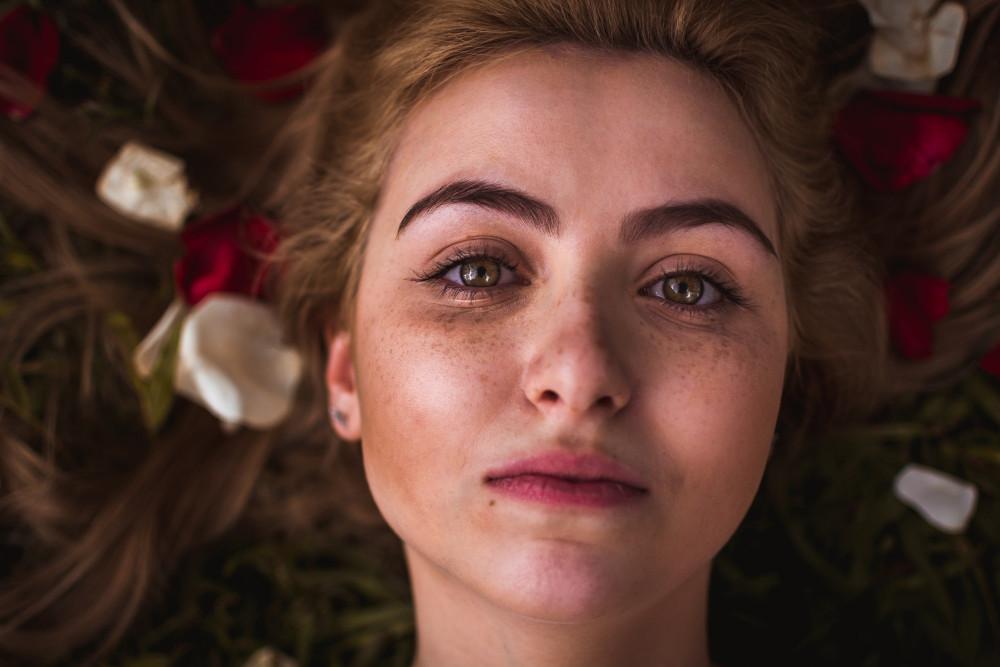 4 trucuri pentru a scăpa de petele de pe față