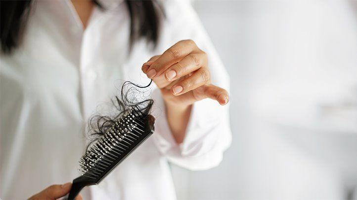 Cele mai eficiente trucuri pentru a opri căderea părului